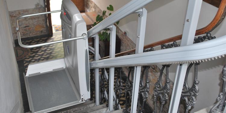 Monte escalier une installation exigeante pour tre efficace for Prix monte escalier